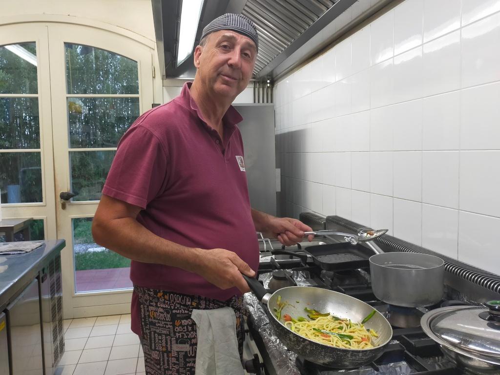 Roberto in der Küche